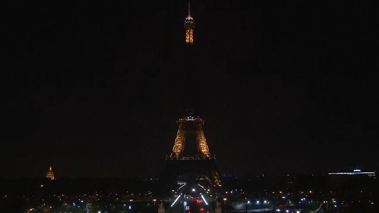 Eiffeltoren dooft lichten voor slachtoffers aanslag Straatsburg