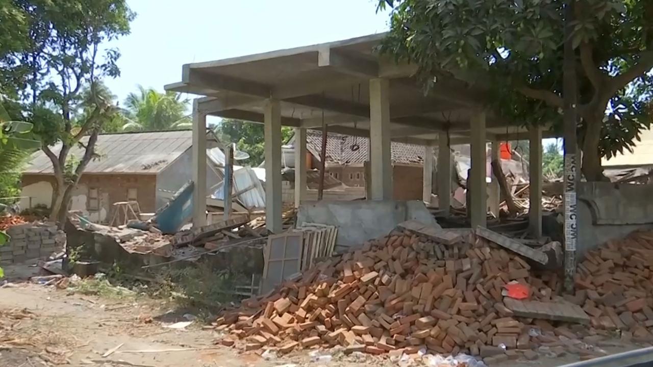 Meer gebouwen storten in door nieuwe beving op Lombok