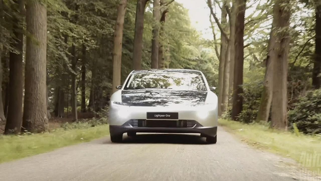 Elektrische gezinsauto Lightyear One rijdt deels op zonne-energie