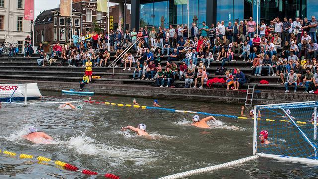 Eerste Nederlandse Beachwaterpolo-toernooi in Catharijnesingel