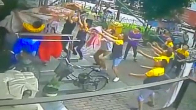 Chinese koeriers redden jongetje na val uit flat
