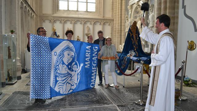 Pastoor zegent nieuwe vlaggen voor Maria Ommegang