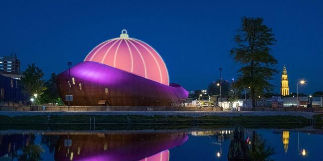 Koepel DOT Groningen verandert weer in grote kerstbal