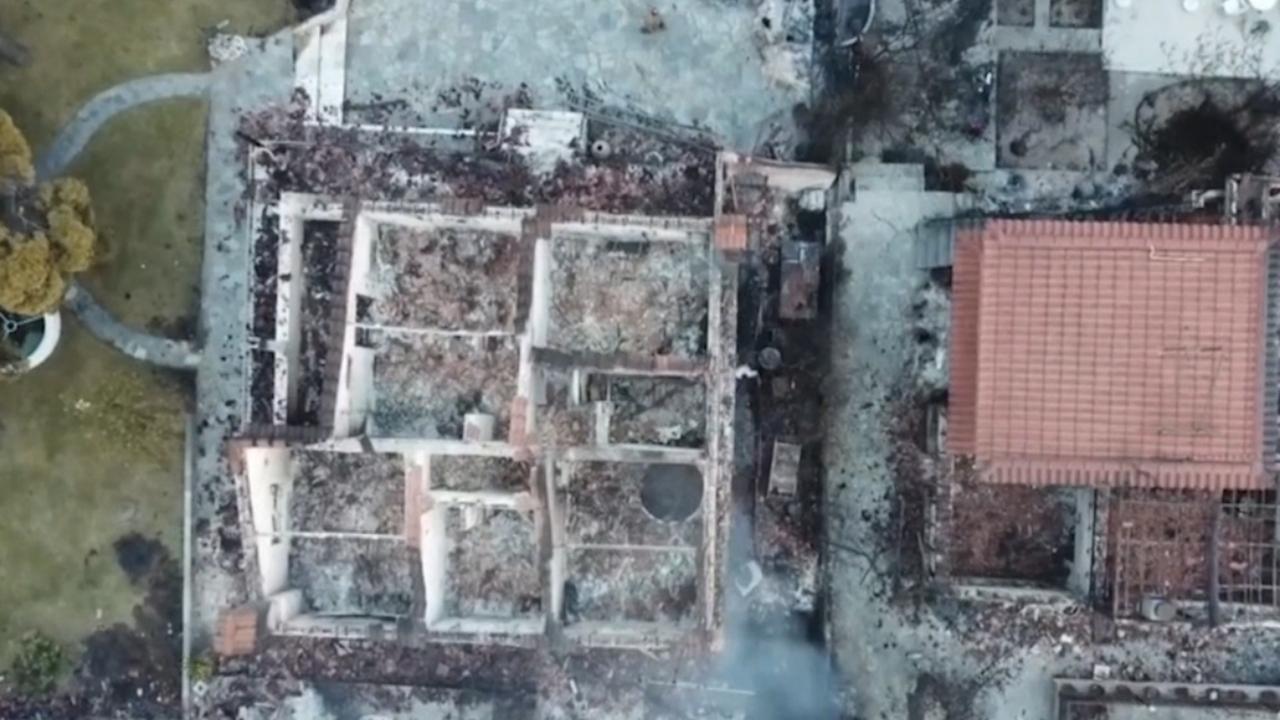 Griek filmt door bosbrand verwoeste regio van bovenaf