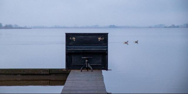 Groningen verwijdert mysterieuze piano op steiger bij Schildmeer