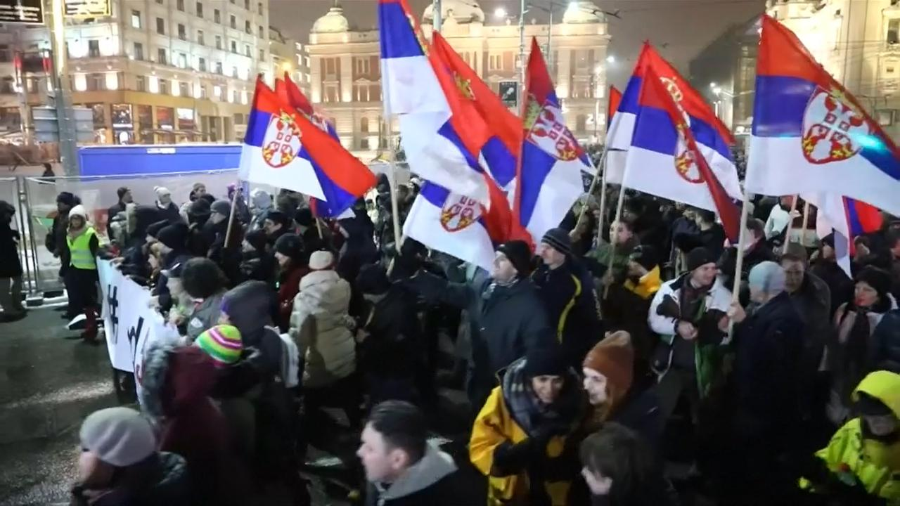 Duizenden mensen demonstreren tegen Servische regering