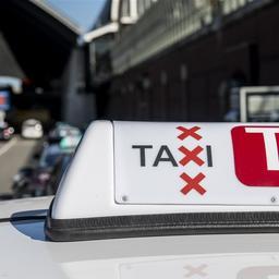 Taxibedrijven spannen kort geding tegen gemeente aan om Uber-chauffeurs
