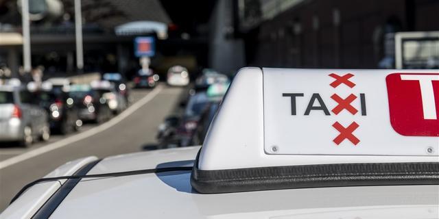 Taxichauffeur belandt op vangrail bij eenzijdig ongeval op de A10 West