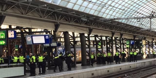 Politie en ME begeleiden 150 Willem II-supporters naar ArenA