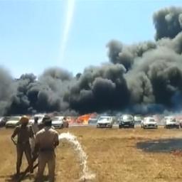 Driehonderd auto's gaan in vlammen op bij vliegshow India