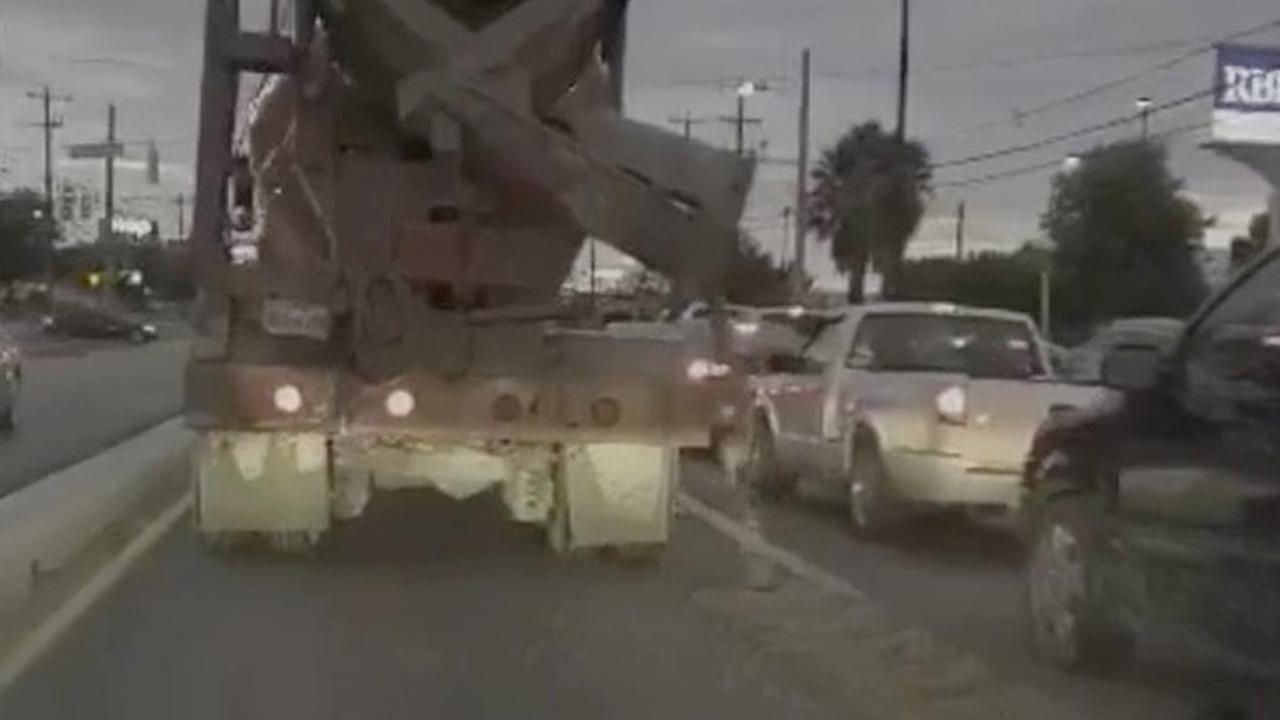 Onwetende betonstorter lost beton over rijbaan in Texas