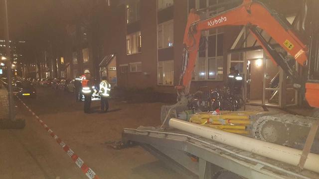 Waterleiding gesprongen in Witte de Withkwartier, auto's weggesleept