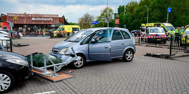 Drie gewonden doordat auto door hek bij McDonald's Hoogvliet schiet