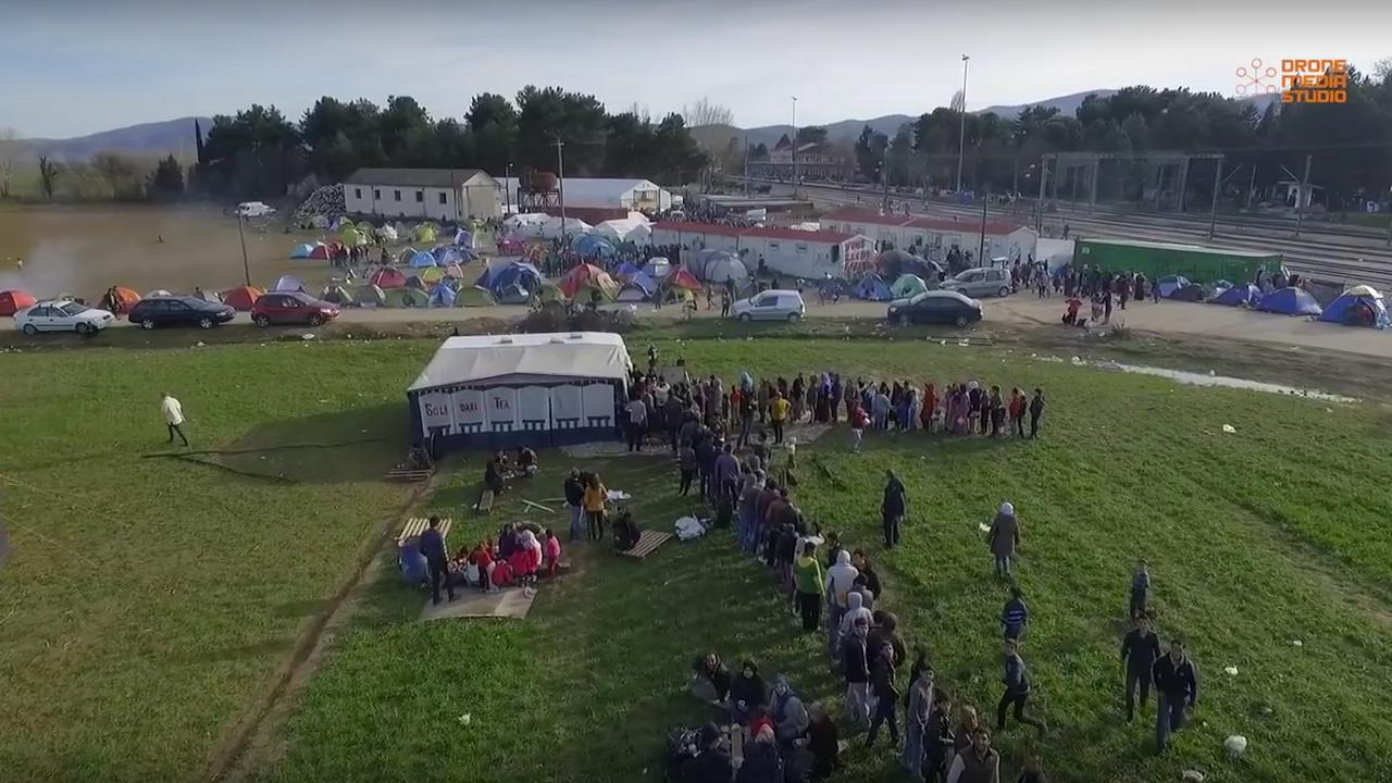 Drone filmt vluchtelingenkamp Griekse grens