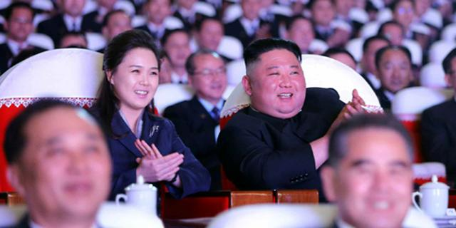 Vrouw Kim Jong-un verschijnt voor eerst sinds een jaar weer in openbaar