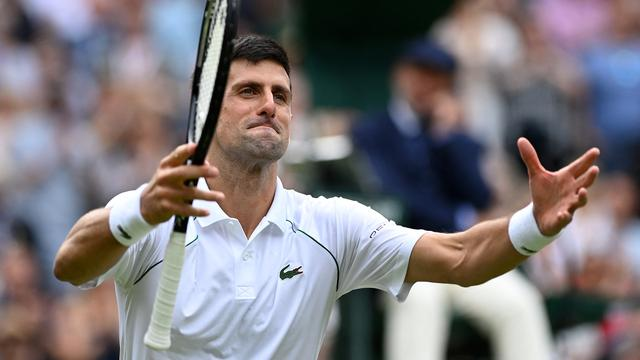 Novak Djokovic viert zijn overwinning op Christian Garín met het publiek.