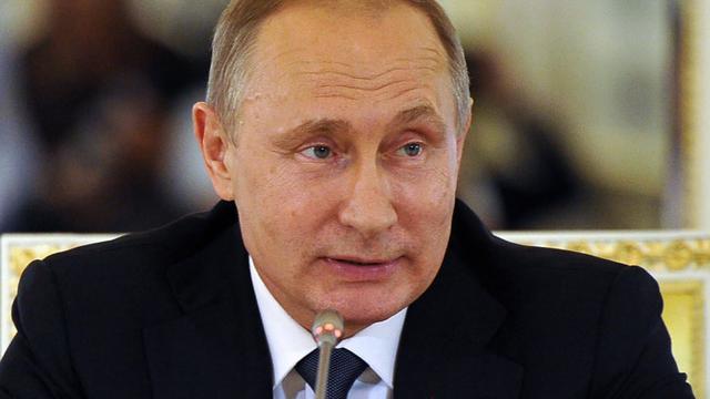 Poetin zwaait Russische sporters uit voor vertrek naar Rio