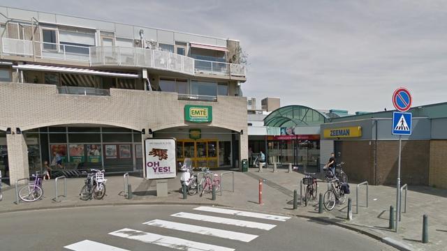 Groep jongeren belaagt en beledigt agenten bij supermarkt Moerwijk