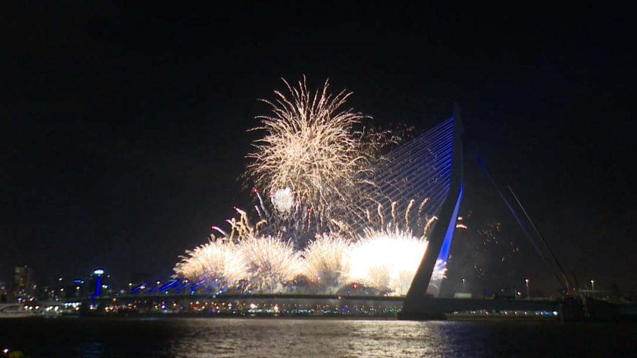 Tienduizenden Nederlanders bekijken vuurwerkshows in steden