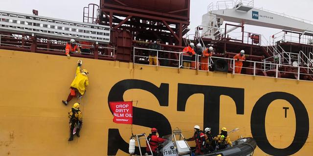 Drie Greenpeace-activisten opgepakt na hangen aan vrachtschip Rotterdam
