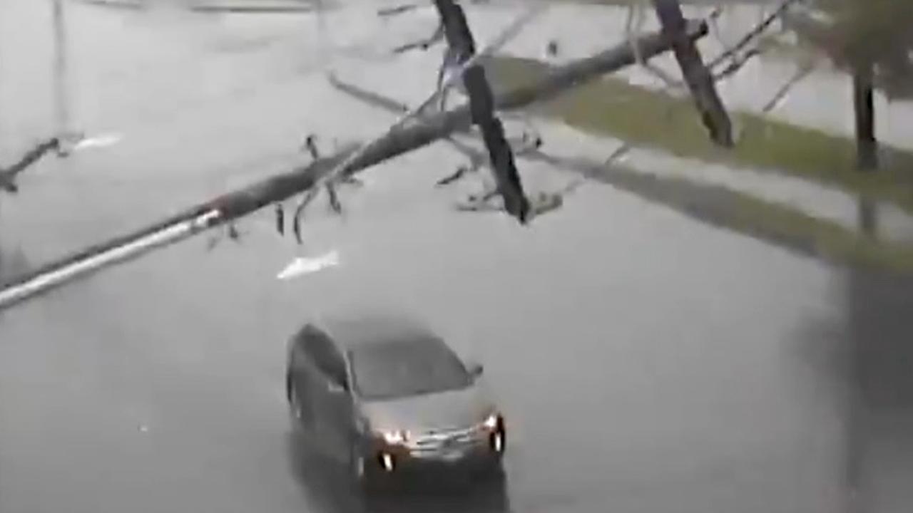 Elektriciteitsmast valt op auto tijdens storm in VS