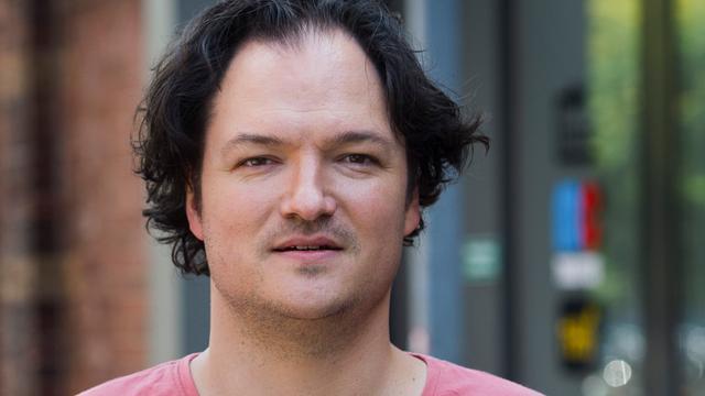 Cabaretier Jeroen Woe vindt zichzelf socialer geworden na zijn dertigste