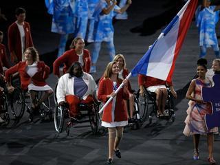 Atlete Marlou van Rhijn draagt tijdens de openingsceremonie Nederlandse vlag