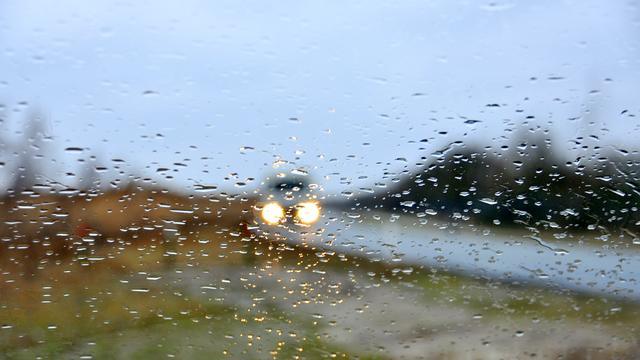Weerbericht: Regen, natte sneeuw en code geel om zware windstoten