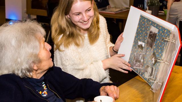 Herinneringsboeken overhandigd aan bewoners Oudshoorn