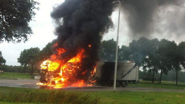 Vrachtwagen in brand op parkeerplaats A1 bij Holten