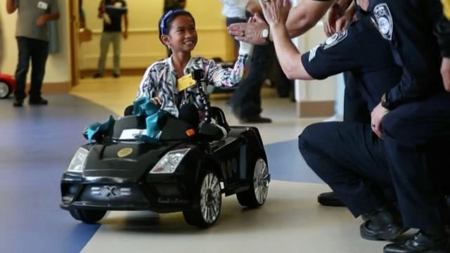 Amerikaans ziekenhuis laat kinderen in autootjes naar operatiekamer rijden