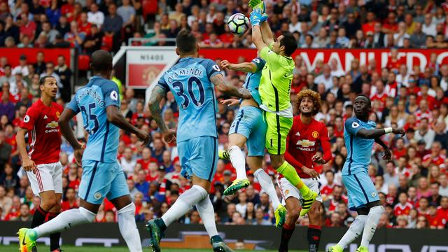 Guardiola prijst 'fantastische' Claudio Bravo na zege City in derby