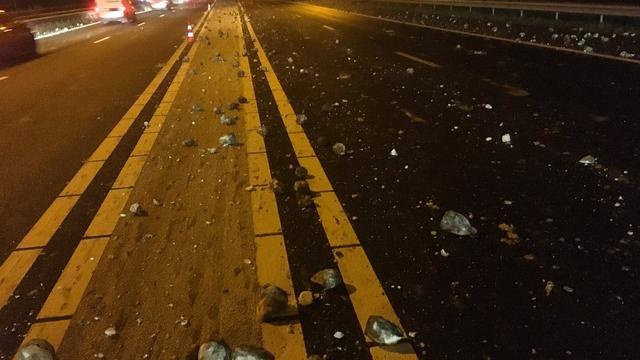 Vrachtwagen verliest suikerbieten op A29, file richting Bergen op Zoom