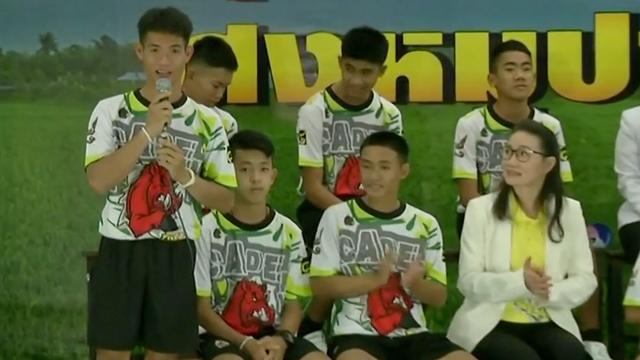Applaus voor Thaise voetballers na verlaten ziekenhuis