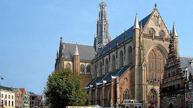 Toren Grote of St. Bavokerk wekenlang in oranje licht