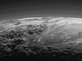 Dwergplaneet vertoont scheuren en breuklijnen