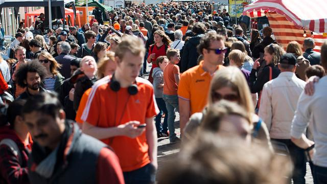 Crowdcontrol op Koningsnacht en -dag vanuit de kelder van het politiebureau