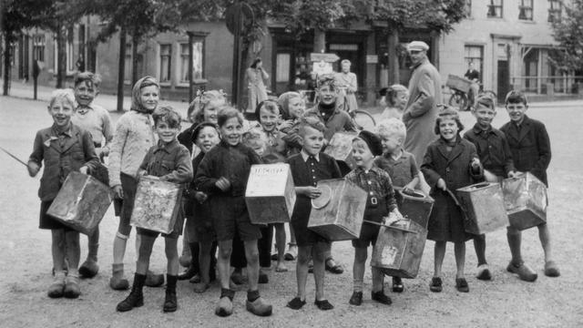1945: Amsterdamse kinderen na de bevrijding.