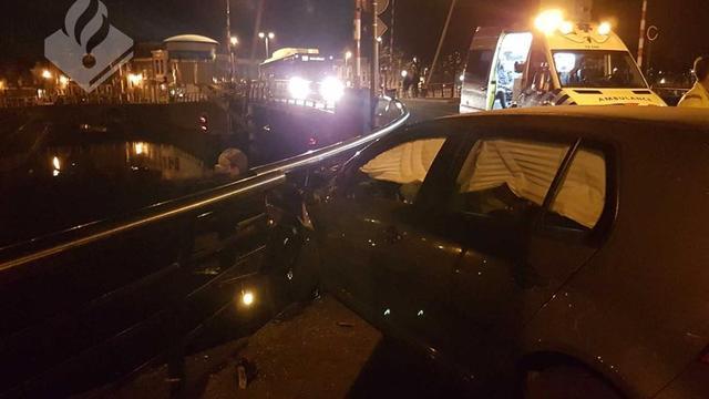 Beschonken bestuurder ramt leuning van Verfrollerbrug