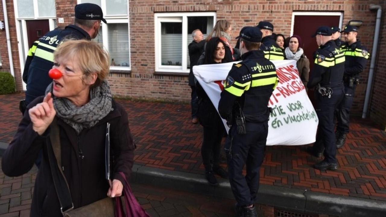 Protesten tegen Wilders vanwege uitdelen verzetsspray