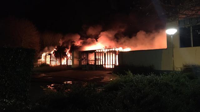 Zeer grote brand verwoest basisschool in woonwijk in Lelystad