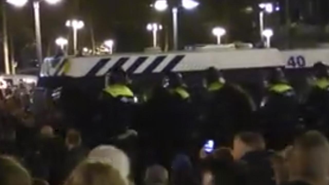 ME grijpt in bij ongeregeldheden na politieactie om drugs bij FC Twente-PSV