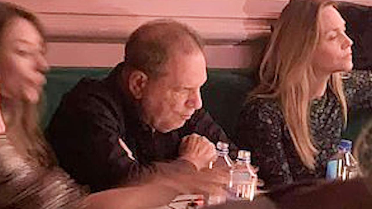 Comédienne grapt over Harvey Weinstein terwijl hij in de zaal zit