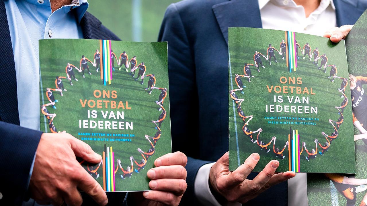 KNVB lanceert app om discriminatie te melden in prof- en amateurvoetbal - NU.nl