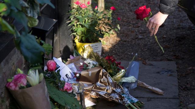 Fans leggen bloemen en branden kaarsjes bij woningen George Michael