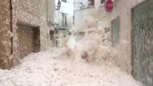 Heftige storm blaast zeeschuim door Spaans stadje