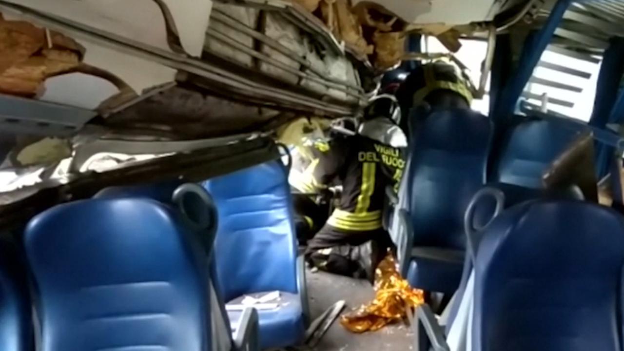 Brandweer Italië gaat ontspoorde trein in om reizigers te bevrijden