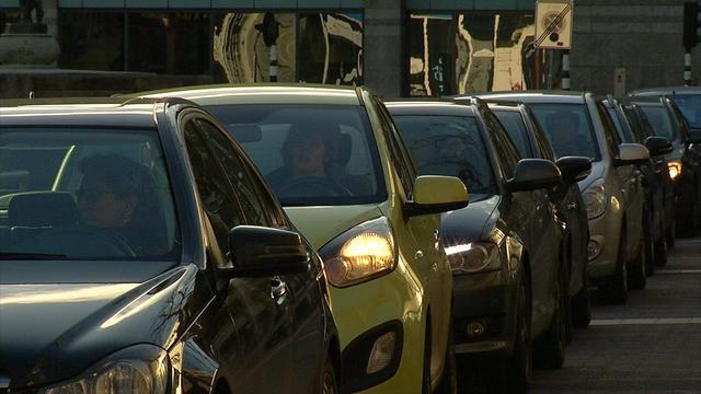 Verkeersinfarct rond Arnhem door ongeluk met truck vol stoeptegels