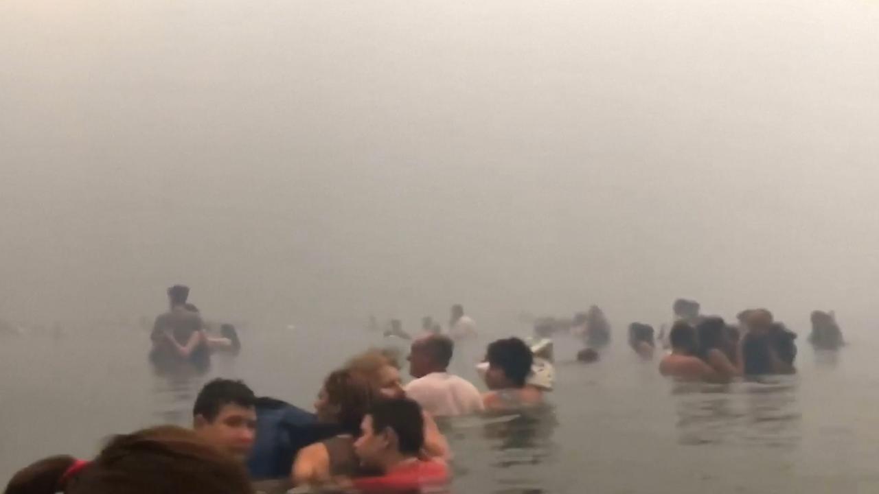 Nieuw beeld toont hoe Grieken zee in vluchten tijdens bosbrand