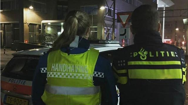 Bredase man gooit vuurwerk naar auto's handhaving en politie